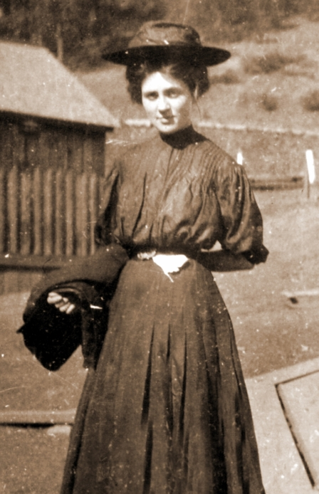 Leonora Wood at the Mission compound. From the Emma Wood Hoskins collection.
